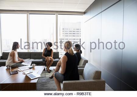 Imprenditrici riunione in ufficio lounge Immagini Stock