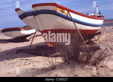 Barche sulla spiaggia, photo Elizabeth Marchpenny. Il Portogallo, la fine del XX secolo Immagini Stock