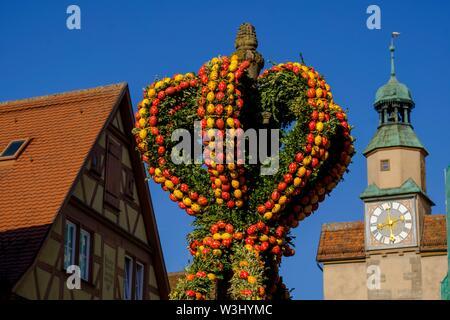 Fontana di pasqua a Roderbogen, Rlodergasse, Rothenburg ob der Tauber, Media Franconia, Franconia, Baviera, Germania Immagini Stock