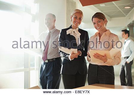 Imprenditrici parlando in ufficio Immagini Stock