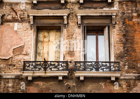 Basso angolo vista del balcone di un edificio, Venezia, Veneto, Italia Immagini Stock