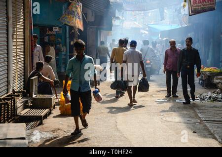 La gente che camminava per le strade, Calcutta, West Bengal, India, Asia Immagini Stock