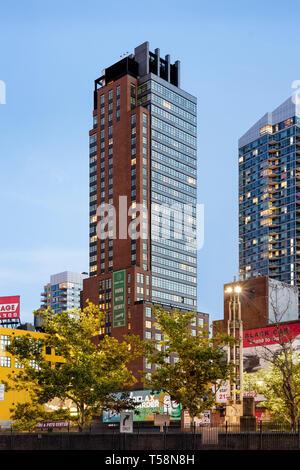 Vista esterna dal nord al crepuscolo. Henry Hall di New York, Stati Uniti. Architetto: BKSK Architects, 2018. Immagini Stock