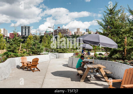 Picnic mobili Tavoli e sedie di Adirondack raggruppati per creare aree con posti a sedere. Ponte di Brooklyn Park Pier 3, Brooklyn, Stati Uniti. Architetto: Micha Immagini Stock