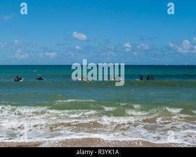 Hanalei Bay, Hawaii, Kauai, spiaggia, gruppo boogie boarding Immagini Stock