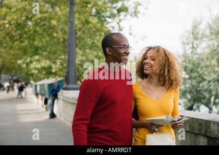 Coppia africano a piedi Immagini Stock