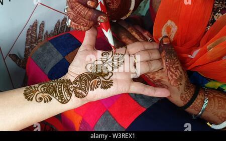 Kathmandu, Nepal. 17 Luglio, 2019. Una ragazza prende Mehendi (Henna Tattoos) il primo giorno di sante indù mese di Shrawan a Kathmandu, Nepal, luglio 17, 2019. Il Shrawan mese è considerato di buon auspicio dagli Indù per offrire preghiere al Signore Shiva, il dio della distruzione e della creazione, di felicità e di prosperità. Credito: Sunil Sharma/Xinhua/Alamy Live News Immagini Stock