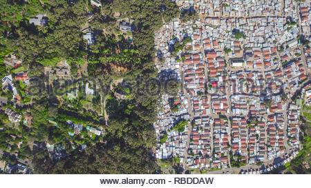 Hout Bay / Imizamo Yethu, Cape Town. Incredibili immagini aeree hanno catturato il contrasto e la disuguaglianza in cui ricca incontra poveri di tutto il mondo. La spettacolare vista panoramica foto mostrano il paesaggio come un affluente zona dà modo su uno in cui le persone possono essere affetti da povertà. La scatti sorprendenti mostrano questa crossover di ricchi e poveri tutto il Sud Africa, Kenia, Messico e anche gli Stati Uniti. Le straordinarie fotografie forma di africanDRONE fondatore e fotografo Johnny Miller (37) disparità di progetto Scenes. Johnny Miller / mediadrumimages.com Immagini Stock