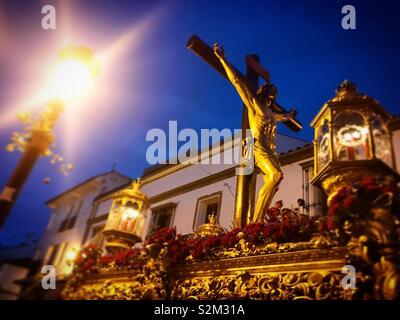 Un'immagine di Gesù Cristo crocifisso durante la Semana Santa in Prado del Rey, Sierra de Cadice, Andalusia, Spagna Immagini Stock