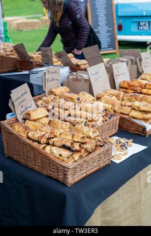 Rotolo di salsiccia stallo a Stonor Park food festival. Stonor, Henley-on-Thames, Oxfordshire, Inghilterra Immagini Stock