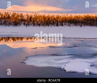 Mare ghiacciato al tramonto Immagini Stock
