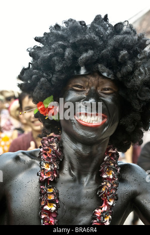 Lao P.D.R., Laos, Luang Prabang, Lao Anno Nuovo festival, giovane uomo che indossa parrucca e verniciato di nero Immagini Stock
