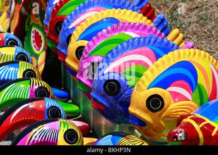 Acapulco vivacemente colorati pesci in ceramica in un mercato di artigianato Immagini Stock