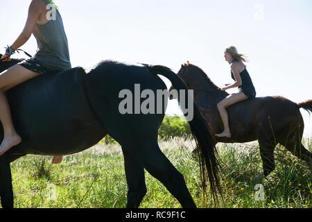 Due donne a cavallo Immagini Stock