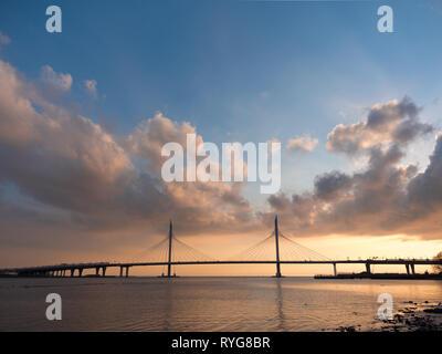 Mattino cielo nuvoloso bellissimo ponte sul fiume sui cavi è road Immagini Stock