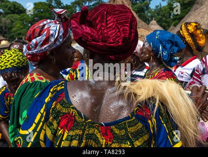 Tribù di Dan donne celebrando il filato raccolto in un villaggio, Bafing, Godoufouma, Costa d'Avorio Immagini Stock