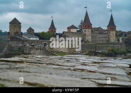 Veduta del castello di kamianets-podilskyi in Ucraina occidentale presi in una piovosa giornata d'autunno. una Immagini Stock