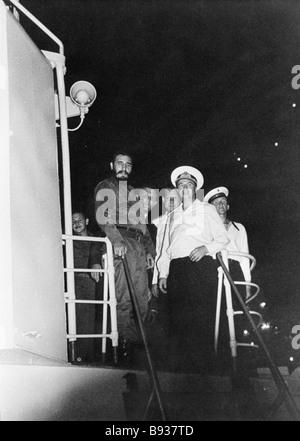 Fidel Castro il Primo ministro di Cuba a sinistra sul bordo di un missile sovietico cruiser come navi da guerra Immagini Stock
