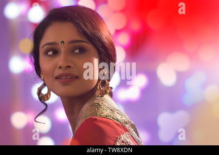 Ritratto di una donna in Saree con luci Diwali Bokeh di fondo Immagini Stock