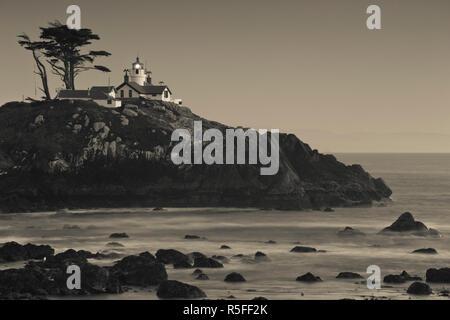 Stati Uniti d'America, la California, la California del Nord, costa Nord, Crescent City, Batteria Point Lighthouse, crepuscolo Immagini Stock