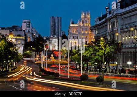 Plaza de Cibeles al crepuscolo con sfocato il semaforo e con fontana Cibeles nella distanza, Madrid, Spagna Immagini Stock