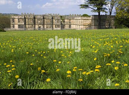 Vista su un prato di fiori selvaggi verso la Hall costruito tra il 1603 e il 1620, con alterazioni in entrambi del Immagini Stock