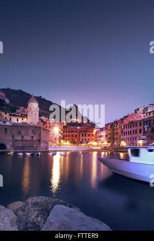 Vernazza, Cinque Terre, blu ora Immagini Stock