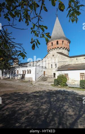 Cortile interno e torre di kamianets-podilskyi castello in Ucraina occidentale. shot su una bella giornata autunnale Immagini Stock