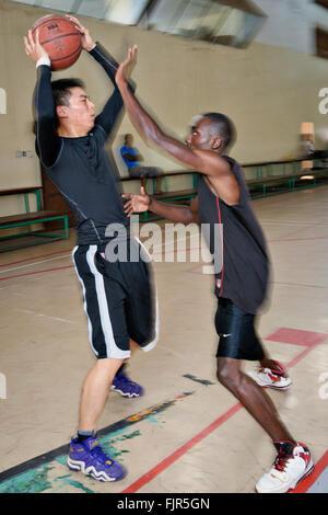 Cinese e gli africani giocare a basket a Lusaka, capitale dello Zambia. Immagini Stock