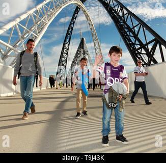 Lo stadio di Perth, Perth, Australia. 19 Maggio, 2019. Un campionato Grand final, Perth Gloria rispetto a Sydney FC; Gloria tifosi arrivano tramite il ponte Matagarup Credito: Azione Sport Plus/Alamy Live News Immagini Stock