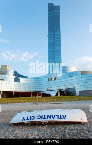 Stati Uniti d'America,New Jersey,Atlantic City, Revel Casino e life boat come visto dalla spiaggia Immagini Stock