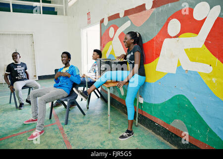 African alta scool bambini divertendosi. Immagini Stock