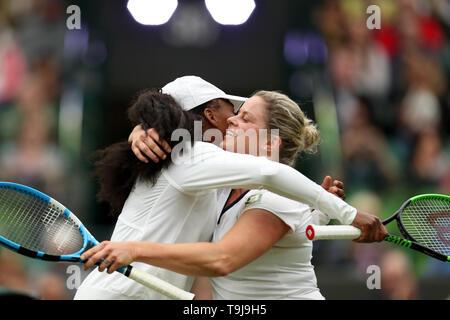 Londra, Regno Unito. Il 19 maggio 2019. Wimbledon Tennis Giocatori Day; Venus Williams (USA) hugs Kim Clijsters (BEL) alla fine del loro credito match: Azione Plus immagini di sport/Alamy Live News Immagini Stock