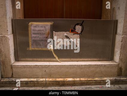 La protezione contro le inondazioni di fronte a una casa nella città vecchia, della Regione del Veneto, Venezia, Italia Immagini Stock