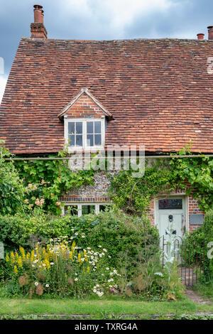In mattoni e pietra focaia cottage in Turville villaggio in Chilterns. Buckinghamshire, Inghilterra Immagini Stock