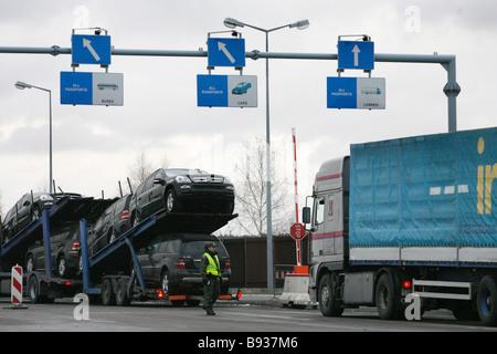 Una linea di carrelli caricati in attesa di sdoganamento presso Dorohust sul confine della zona Schengen tra Polonia Immagini Stock