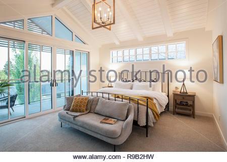 Home Vetrina interno camera con soffitto a volta e patio Immagini Stock