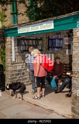 Regno Unito, Cumbria, York, Main Street, i visitatori a prenotare un rifugio nella ex Fermata Bus Immagini Stock