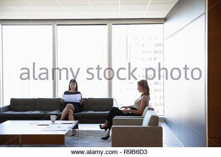 Imprenditrici che lavorano in ufficio urbano lounge Immagini Stock