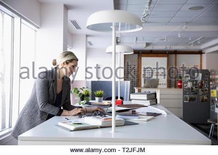 Femmina di interior designer che lavora in studio di design Immagini Stock