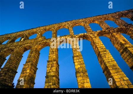 Acquedotto Romano (I secolo D.C., 80 metri di lunghezza con 163 archi) al crepuscolo, Segovia, Spagna Immagini Stock