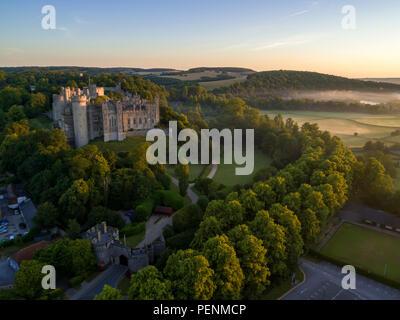 Drone immagine del Castello di Arundel nella luce dorata di un'alba d'estate Immagini Stock