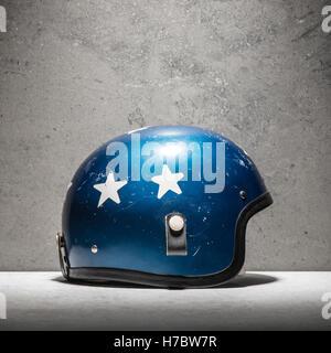 Vintage motociclo casco blu con stelle bianche. Ancora la vita di classico abbigliamento protettivo per essere utilizzati Immagini Stock