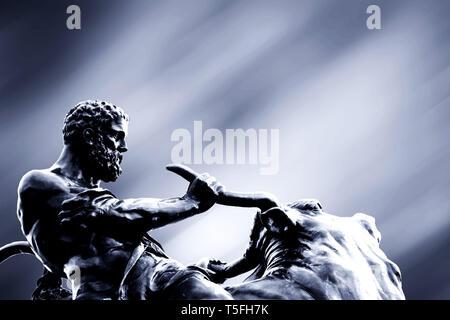 """La scultura """"Heracles, il toro cretese frenare un' opera dello scultore Agosto Kriessmann nel Castello di Schwerin giardino. Immagini Stock"""