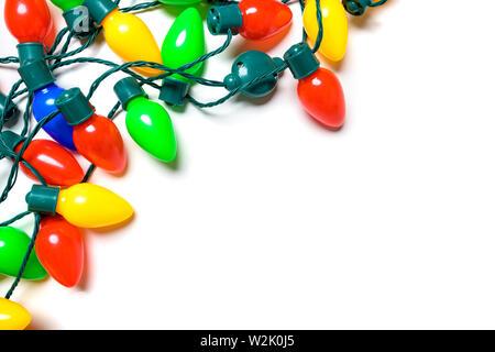 Colorate luci di Natale su sfondo bianco Immagini Stock