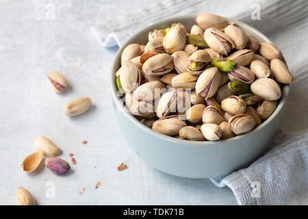 Tostate i pistacchi in una ciotola. Immagini Stock