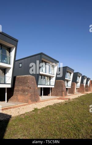 Vista anteriore della fila di case da una fine. Priddys Hard, Gosport, Regno Unito. Architetto: John Pardey architetti, 2019. Immagini Stock