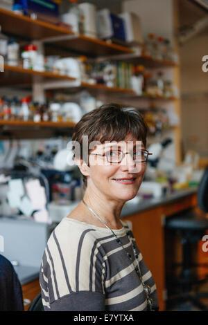 Donna in laboratorio Immagini Stock