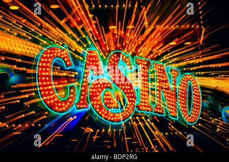 Stati Uniti d'America, New Jersey, Atlantic City, neon casino segno con zoom sfocato motion Immagini Stock