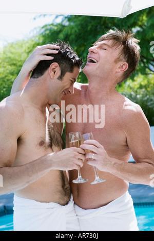 Coppia gay bevendo champagne Immagini Stock